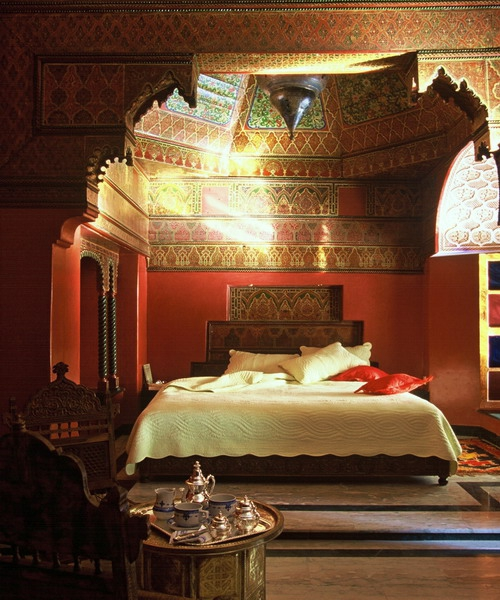 Moroccan Bedroom Decor: Bedroom With Intricately Tiled Ceiling